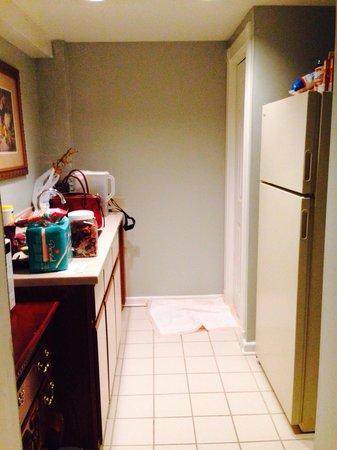 Olde Harbour Inn - River Street Suites : Kitchen Area