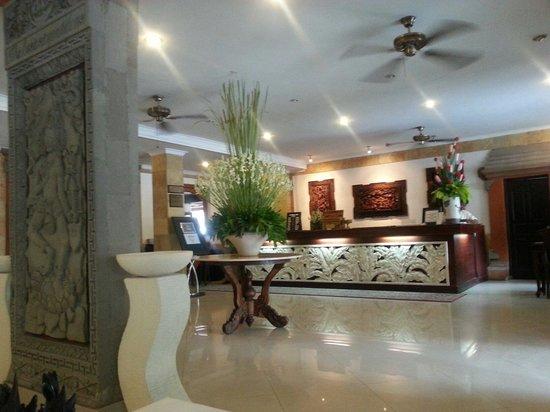 Wina Holiday Villa Hotel: Hotel Lobby