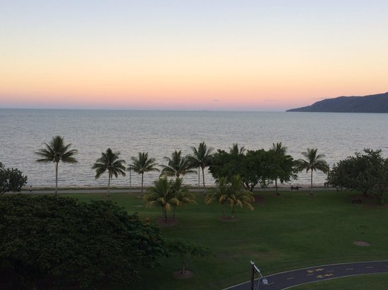 Holiday Inn Cairns Harbourside: One of the spectacular sunsets