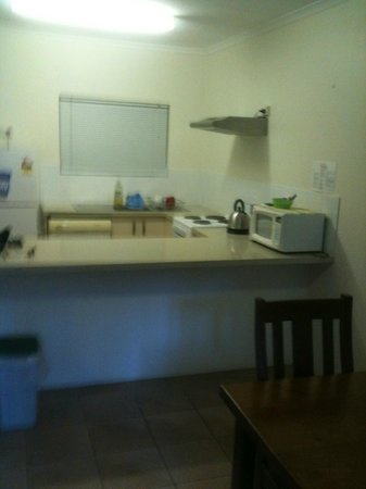 Tradewinds McLeod Holiday Apartments: Day 4 Kitchen. Eay to keep clean.