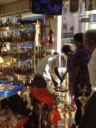 Kapaleeshwar Temple: 寺院の近くの宗教グッズ店