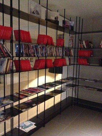 Hôtel l'Héliopic: Library