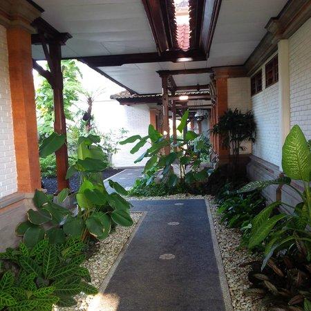 Yulia Village Inn: selasar