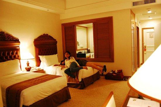 The Royale Chulan Kuala Lumpur: twin room & bathroom