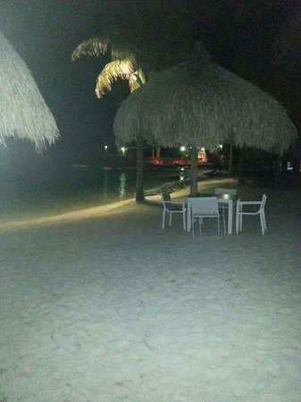 Renaissance Curacao Resort & Casino: piscina vista nocturna