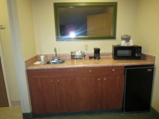 Hampton Inn Sedona: Food prep area in room with nice sized mini fridge/ freezer