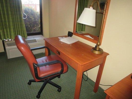 Hampton Inn Sedona: Desk in room