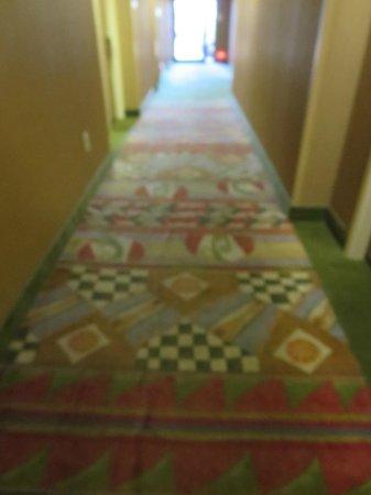 Hampton Inn Sedona: Faded rug in hallway