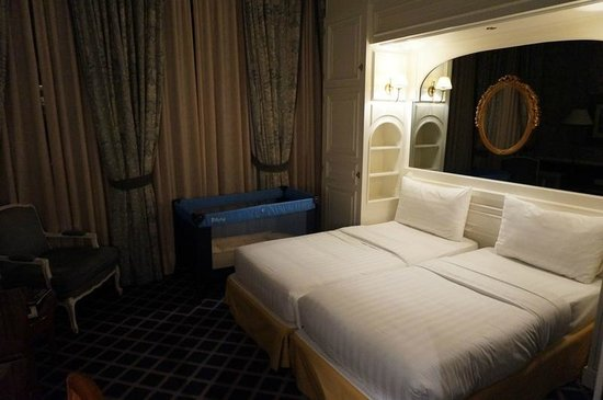 Carlton Lausanne Boutique Hotel : That's what they call a 'double bed' at Nash Carlton Lausanne