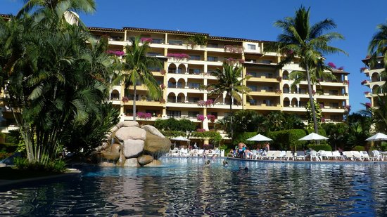 Velas Vallarta Suite Resort : View of the hotel from the quiet pool area