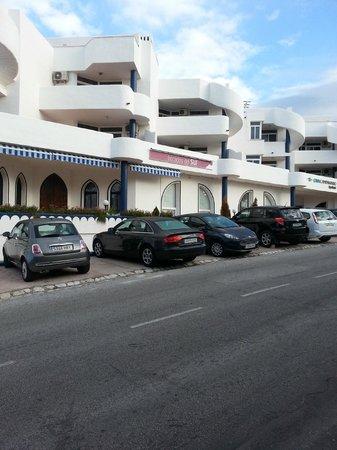 Ona Campanario: Вид на отель и парковку у отеля с улицы