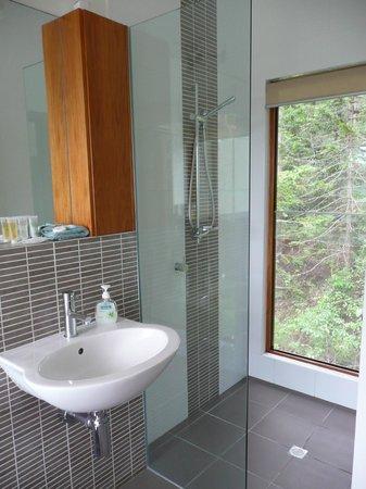 Montville Oceanview Cottages: Shower
