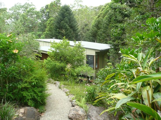 Montville Oceanview Cottages: Approaching view of our cottage