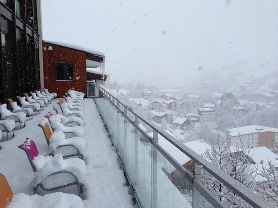 Club Med Les-Deux Alpes : The Sundeck while snowing