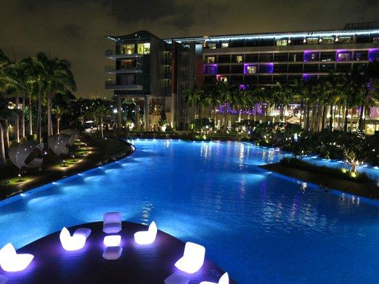 W Singapore Sentosa Cove: Pool area at night