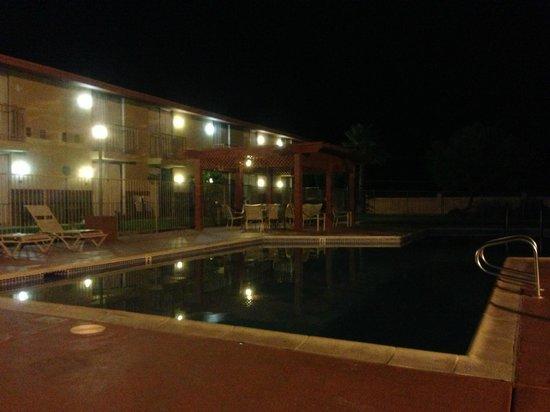 California Inn : Внутренняя территория с бассейном