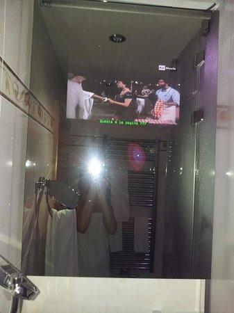 Romantic & Family Hotel Gardenia - Gardenahotels: tv nello specchio del bagno !! fantastico