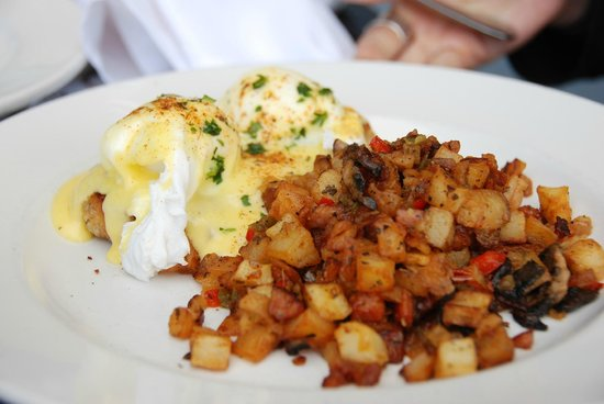 Ralph Brennan's Jazz Kitchen : Crab Cakes and Eggs