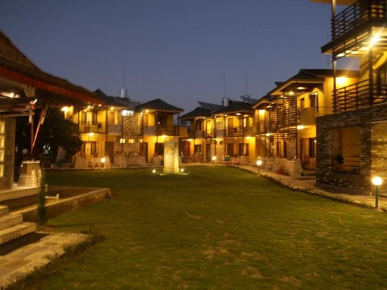 The Lakeside Retreat: Hotel Exterior at Night