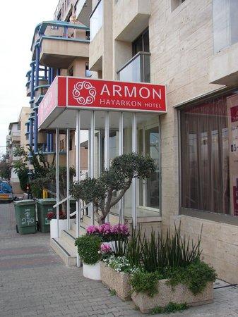 Armon Hayarkon: по такой яркой вывеске отель легко найти