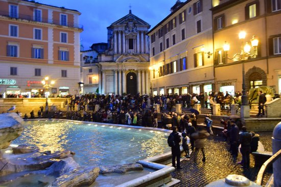 Trevi-Brunnen (Fontana di Trevi): Trevi Fountain and Tourists