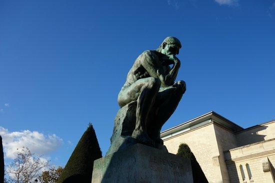 Musée Rodin : 入って右手の庭にたたずむ「考える人」
