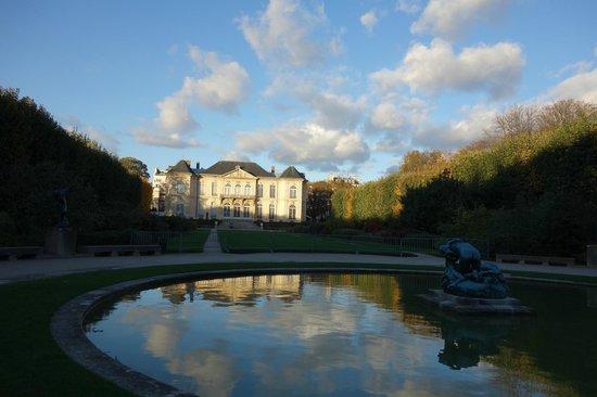 Musée Rodin : 奥の庭の池から見るロダン美術館