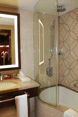 Crowne Plaza Dubai-Deira: rainshower...my fave!