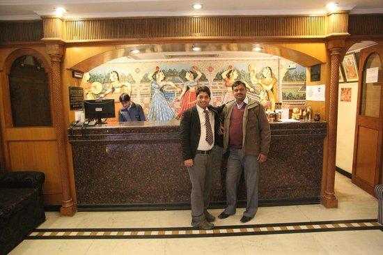 Hotel Shalimar: Сотрудники рецепции