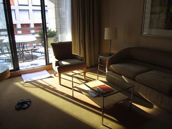 Four Seasons Hotel New York: Sofa and terrace