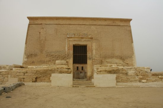 Al Fayyum, Mesir: Outside of the temple