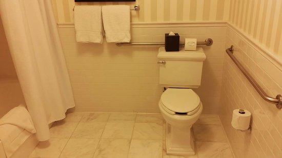 L'Auberge Del Mar: small bathroom sink