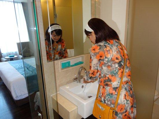 Jasmine Resort Hotel: 洗面台、ちょっと狭い