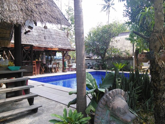 Mukdahan, Thailand: Garden and pool
