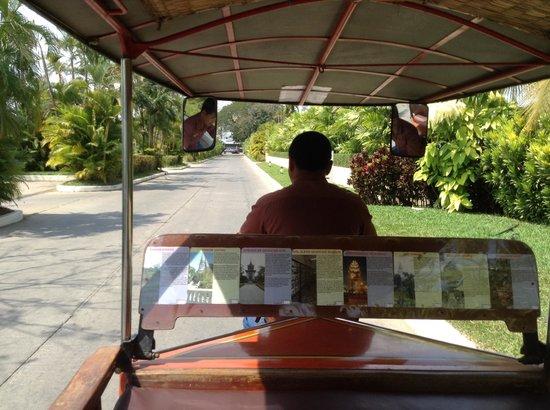 Sofitel Phnom Penh Phokeethra: Tuktuk driver on hotel grounds