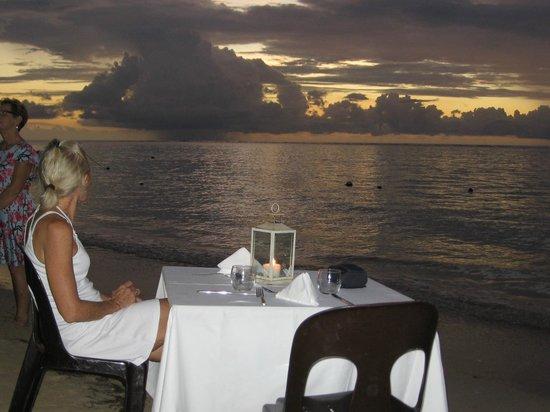 The Bay : Repas un soir, les pieds dans l'eau