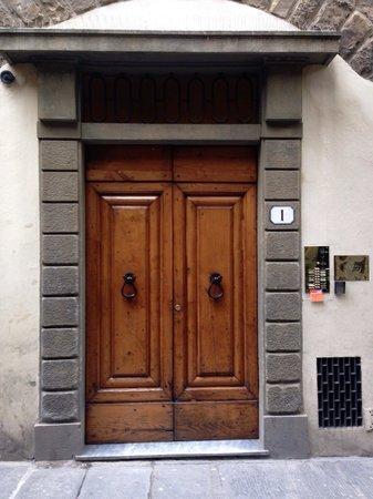 La Signoria di Firenze B&B: Il portone di entrata.