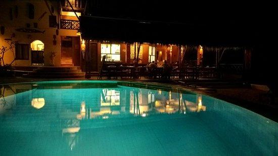 Tauch Terminal Resort Tulamben & Spa: Restaurant & Pool bei Nacht
