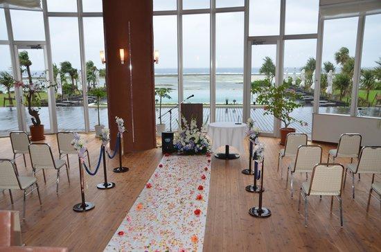 Cypress Resort Kumejima: 強風のためガーデンウェディングからロビーに変更。花の香り漂う中