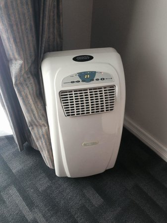 Amora Hotel Auckland: The very noisy air conditioning unit