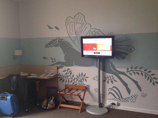 Dolce Chantilly : Télé et mur décoré