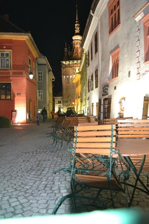 Casa cu Cerb: The hotel (white, right) and square by night