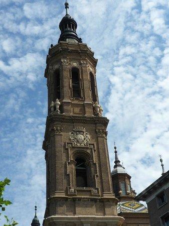 Basilica de Nuestra Senora del Pilar: contra el cielo