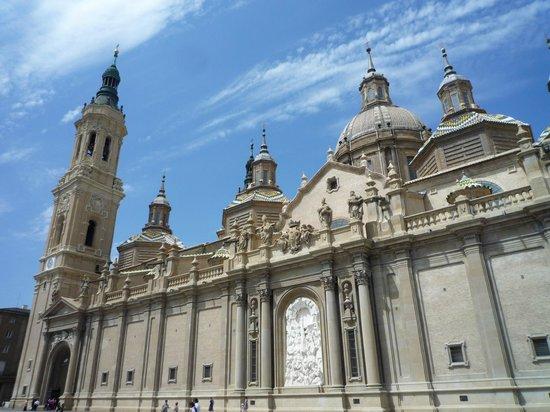 Basilica de Nuestra Senora del Pilar: vision desde la plaza