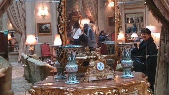 El Palace Hotel: Entrance sitting area