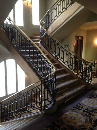 El Palace Hotel: Staircase