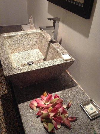 The Moon Boutique Hotel: Bathroom