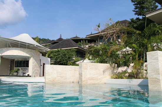 Mandarava Resort and Spa : View up from one of the lower pools