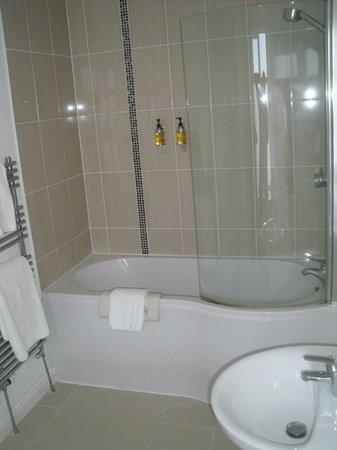 Sandy Cove Hotel : Clean bathroom
