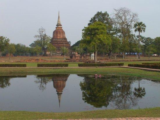 Wat Mahathat: monument qui reflete dans le lac